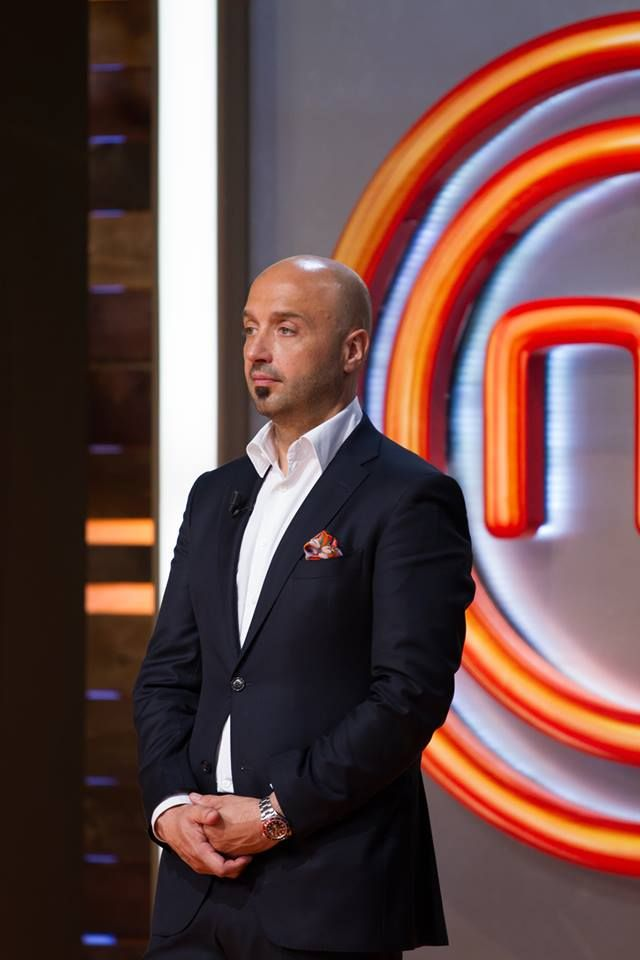 The famous Chef Bastianich during the new Season of MASTER CHEF is wearing a Pocket Square with ROOSTERS by KINLOCH! Shop this chic accessory at WWW.FINAEST.COM | #finaest #kinloch #hanky #handkerchief #pochette #pocketsquares #style #masterchef #bastianich #accessory #menswear