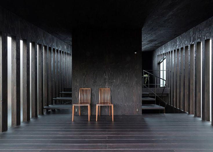 Makiko Tsukada's Grass Cave House features rooftop lawns and a dark interior http://decdesignecasa.blogspot.it