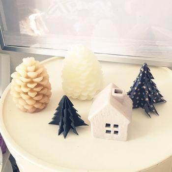 はさみで切り込みを入れてできる、折り紙のクリスマスツリー。ドットの折り紙を使えば、まるで雪が積もっているかのよう♫松ぼっくりのキャンドルライトやお家のオブジェとともに置いて、可愛いクリスマスコーナーが出来上がります。