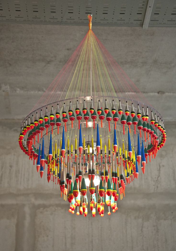 Float chandelier by Tweelink Een handgemaakte kroonluchter met 400 visdobbers.