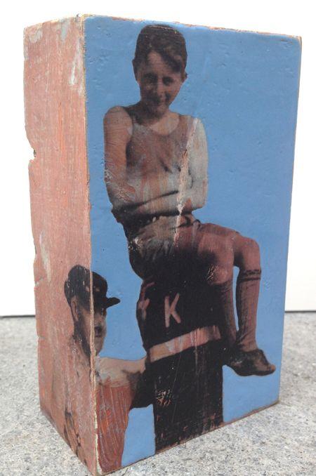 Petra Voots, Jongen op strandpaal, Gemengde techniek op hout, 12x7x3 cm, €.70,-