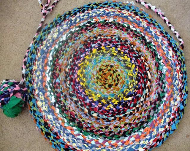 Tutorial Tapete Redondode trapilho ou fio de malha colorido... Este tapete é trançado apartir de fios de malha ou trapilhos.... Para...