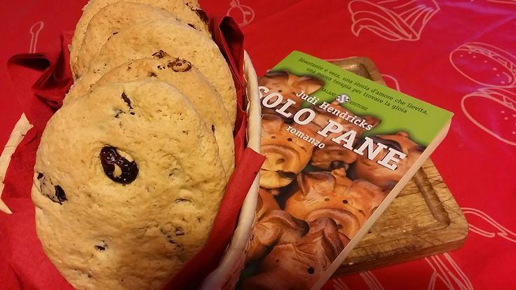 """Le Ricette di Valentina: MANGIA CIO' CHE LEGGI # 18: FOCACCINE DOLCI ALLE NOCI PECAN E MIRTILLI ROSSI da """"Solo Pane"""" di Judy Hendricks"""