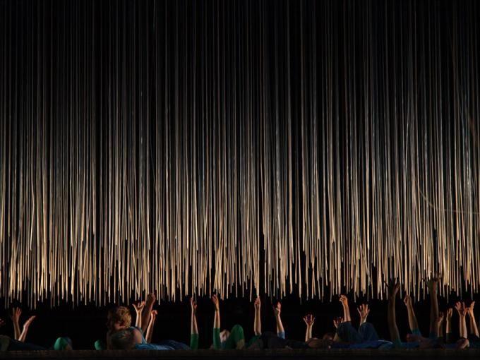 """Cubierta. Escenografía """"Música, Danza y Aventura"""", por DJA. Riga 2014 capital cultural """"Riga Festival"""". Fotografía © Ernests Sveisbergs. Señala encima de la imagen para verla más grande."""