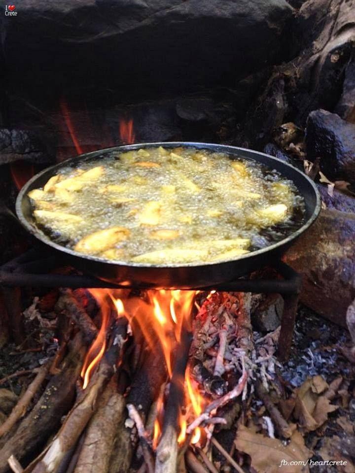 Πατάτες στήν παραστιά !!!  Delicious homemade #fried #potatoes ! They are frying by the traditional Cretan way...on an open fire !  Photo via I ♥ Crete