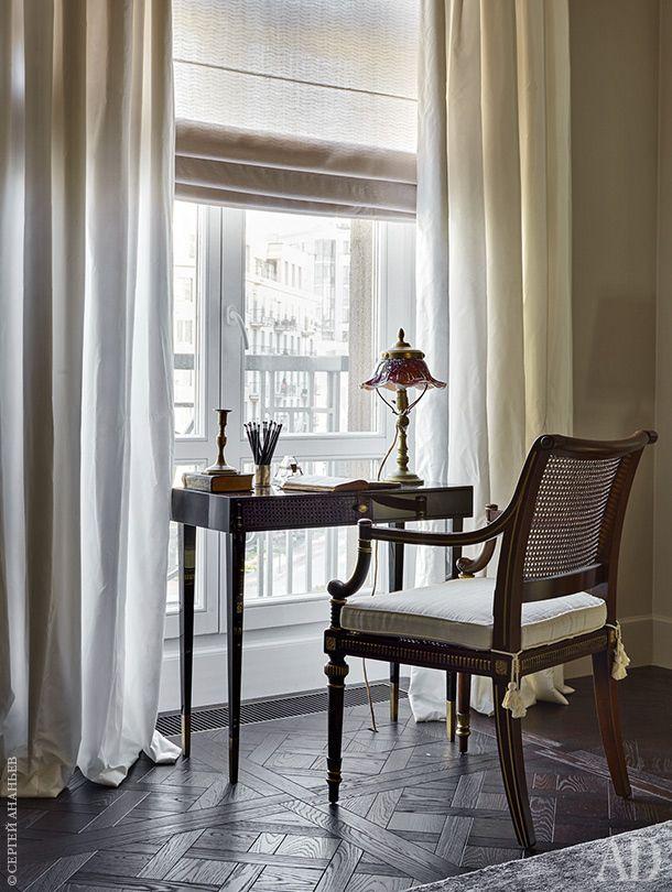 Фрагмент гостиной. Письменный стол по эскизам декоратора, антикварный стул, старинная настольная лампа изколлекции заказчиков.