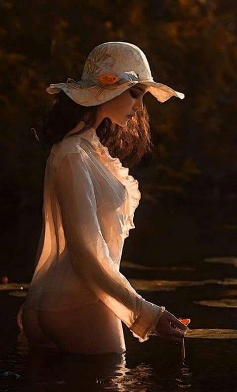 MUY MUJERA tiborrada de sufrimientos en estos momentos, sólo puedo decir que el remanso de paz es tenerte entre mis Pechos arrullarte como niño y dejarte recorrer mis curvas.Sedientas de ti donde las mariposas de mi estómago consienten y esperan y es en ese momento donde siento la gloria de ti jugando en mi centro gozando de mis gemidos.Enloquecido hablando con tus manos y haciendo lo que mejor sabes hacer tomar del manantial de mis entrañas y hacerme sentir muy mujer!! Manos castañuelas…