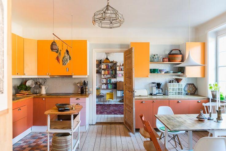 Fantastisk bostad på en av Malmös absolut populäraste adresser. Lägenheten är väldigt välplanerad med en genomgående planlösning, tre till fyra stora sovrum och rymligt kök med angränsande sociala ytor. Bostaden är en ihopslagen tvåa och trea vilket gör att man har hela våningsplan fyra för sig själv. Placeringen högst upp huset frambringar en ljus och luftig bostad. 20-talsdetaljer såsom brädg...