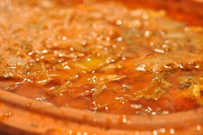 Römertopfen fyldes med koteletter, løg, gulerødder og flødesauce