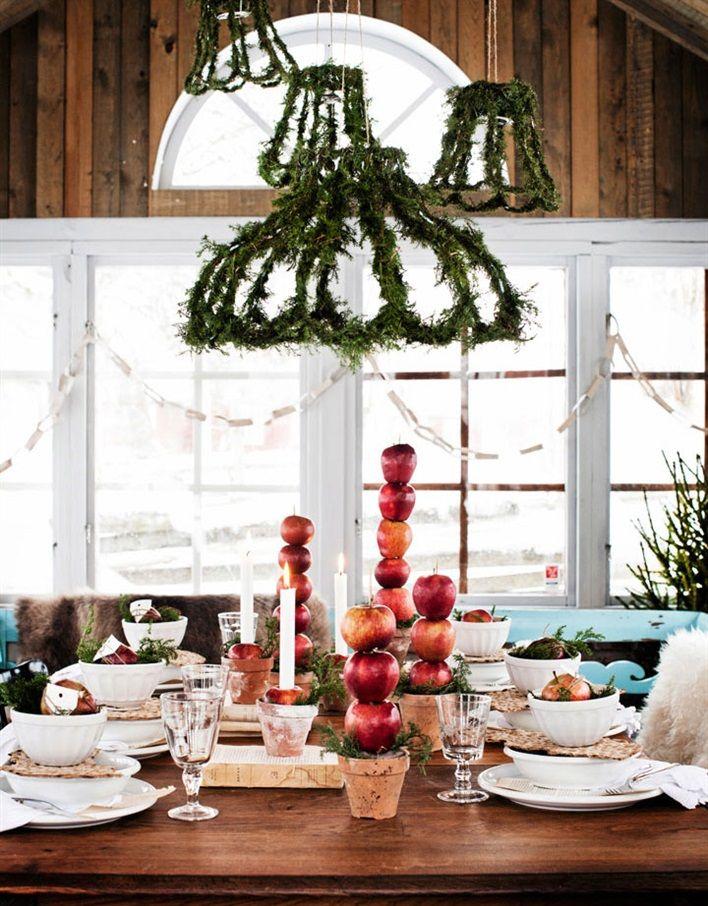 INSPIRERANDE JULDUKNING MED ENKLA MEDEL: Att blanda höga och låga arrangemang på bordet, ger en spännande dukning | Hus & Hem - via Bettina Holst