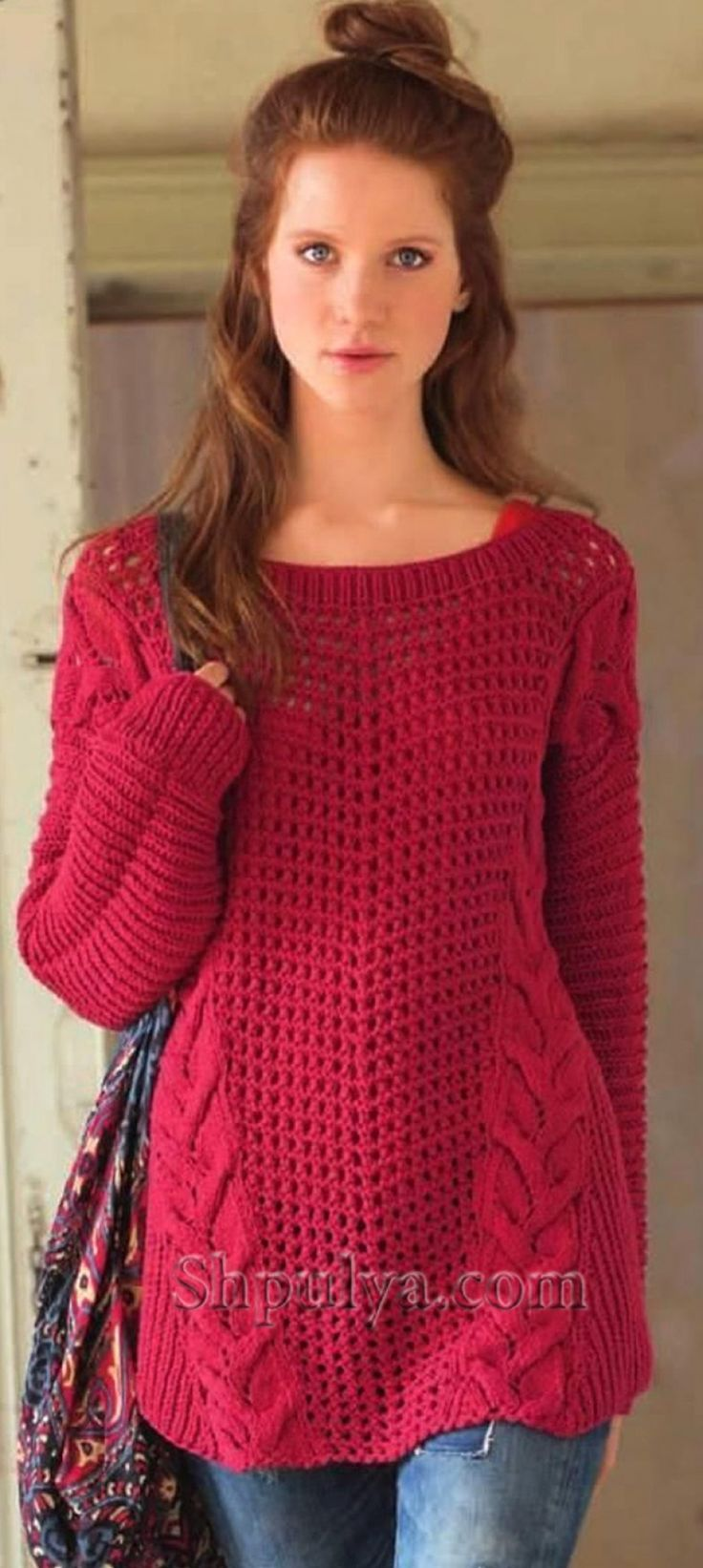 Красный пуловер в стиле оверсайз