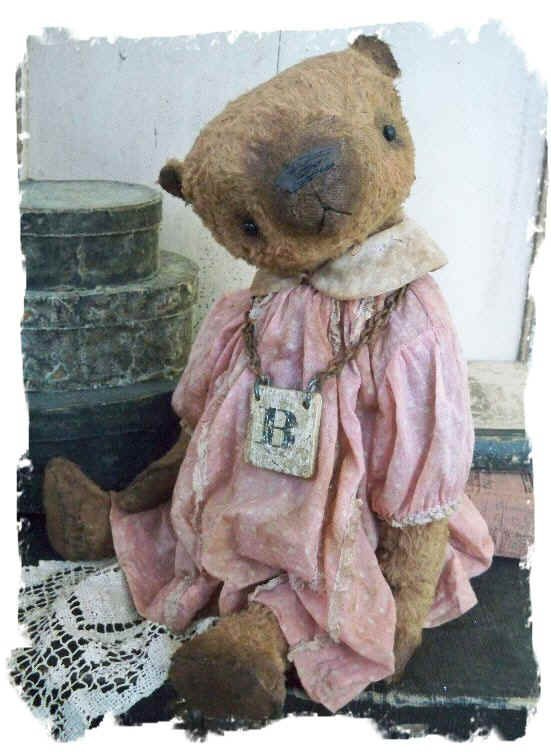 Old Bear with letter B necklaceBeautiful Bears, Bears Hug, Pink Dresses, Dolls, Teddy Bears, Knuffelberen, Antiques Stuffy, Bears With Letters, Pink Teddy Bear