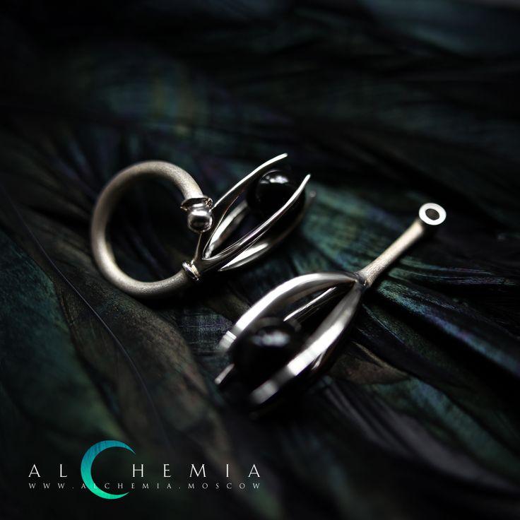 Кольцо и подвеска «Ворона» из коллекции «Зубы». Выполнены из серебра 925 пробы.