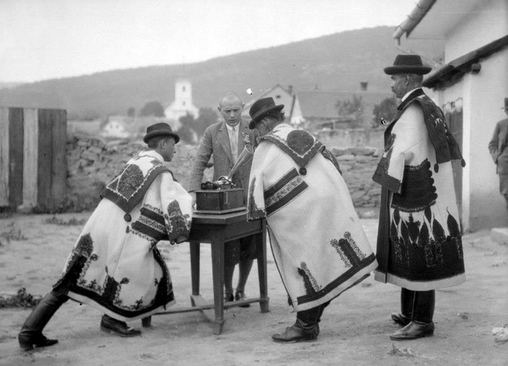 Lajtha László is collecting the authentic Hungarian folk songs...  Fiatal férfiak a fonográfba énekelnek. Az egyik mezőkövesi a másik egri cifraszűrt visel  (Kisgyőr, Borsod-Abaúj-Zemplén) Felvétel: Gönyey (Ébner) Sándor, 1929 (F 60297)