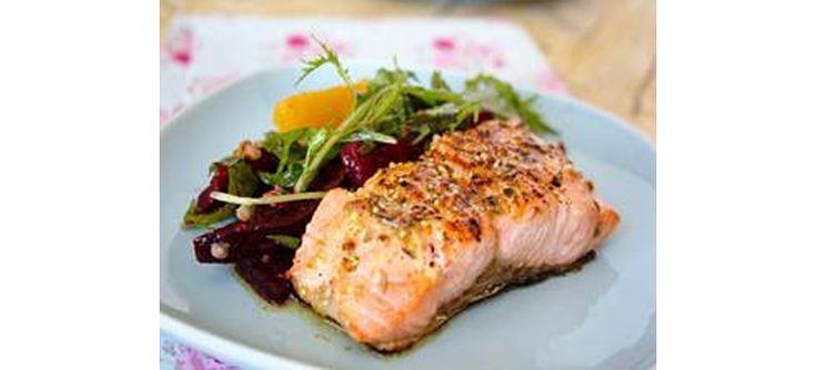 Aprenda hoje a deliciosa receita de salmão grelhado que traz uma exótica salada de manjericão, rúcula e mussarela de búfala como acompanhamento. | BH Mulher