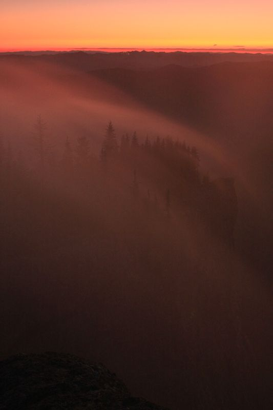 https://flic.kr/p/8dJbNo | When Fog Is Born... | Sunset view from High Rock Lookout in Gifford Pinchot National Forest, Washington State  夕焼け時に次々と生まれる雲、ギフォード・ピンショー国有林、ワシントン州