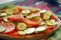 Recette de la semaine : Salade de tomates et de concombre au Zaatar des Épices de cru  Simple, frais, rapide,… et toujours bon! Vous pouvez même ajouter du fromage frais du jour, du fromage Mozzarella ou bocconcini à cette recette.