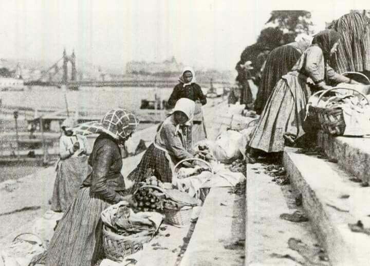 1910. Pesti rakpart, kofaasszonyok.