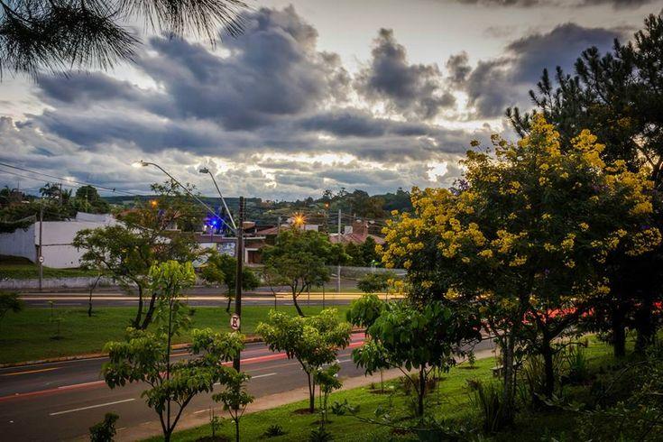 Sol e chuva: Semana em Botucatu começa com tempo instável -   Esta semana o tempo voltará a ficar mais instável com aumento da nebulosidade e das ocorrências de chuvas sobre o estado. De acordo com o Ipmet/Unesp isso ocorre devido a aproximação de um novo sistema frontal, que está em processo de formação, e é previsto atingir o estado de São Paulo - http://acontecebotucatu.com.br/geral/sol-e-chuva-semana-em-botucatu-comeca-com-tempo-instavel/