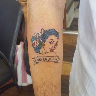 """E esta pin-up vai fazer sentido para quem viu o episódio """"Never Again"""" – nunca mais – da saga de Mulder e Scully.   19 tatuagens que só quem ama seriados vai entender"""