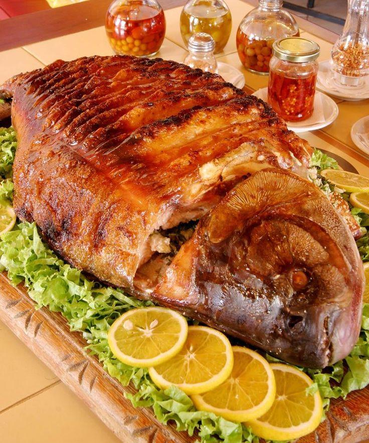 Hora do almoço, viajante! Aí na imagem vemos o pacu assado e recheado, um típico prato da culinária mato-grossense. O recheio leva uma farofa bem temperada. Uma experiência saborosa!  Foto: Marcos Bergamasco