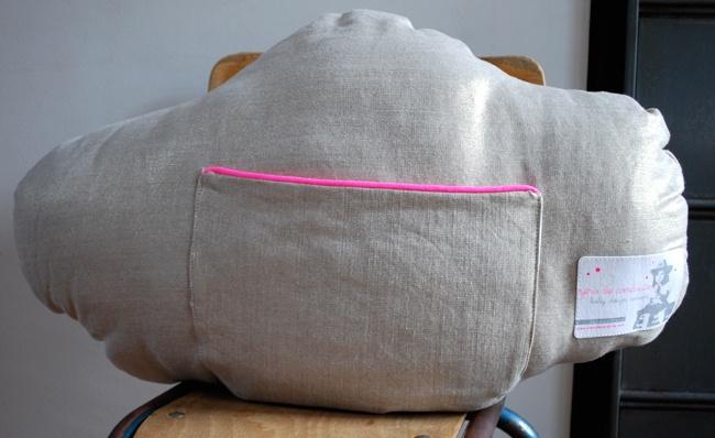 Cojín con forma de nube que tiene un bolsillo con cremallera, muy cómodo para que los niños guarden sus secretos y tesoros. Color: Lino con cremallera rosa. Dimensiones: 60 X 40 cm. Lino.