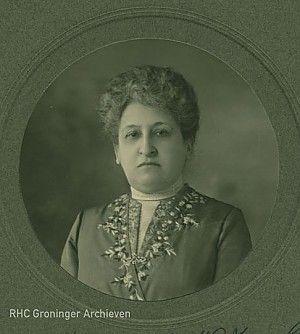 De in Sappemeer geboren Aletta Henriëtte Jacobs (1854-1929) maakt zich al vroeg sterk voor het recht op hoger onderwijs voor vrouwen. Zij gaat als eerste Nederlandse vrouw officieus naar de HBS en in 1871 heeft ze de primeur om als eerste vrouwelijke student officieel aan een universiteit te worden ingeschreven. Lees meer op: http://www.deverhalenvangroningen.nl/alle-verhalen/groninger-boegbeeld-33-aletta-jacobs