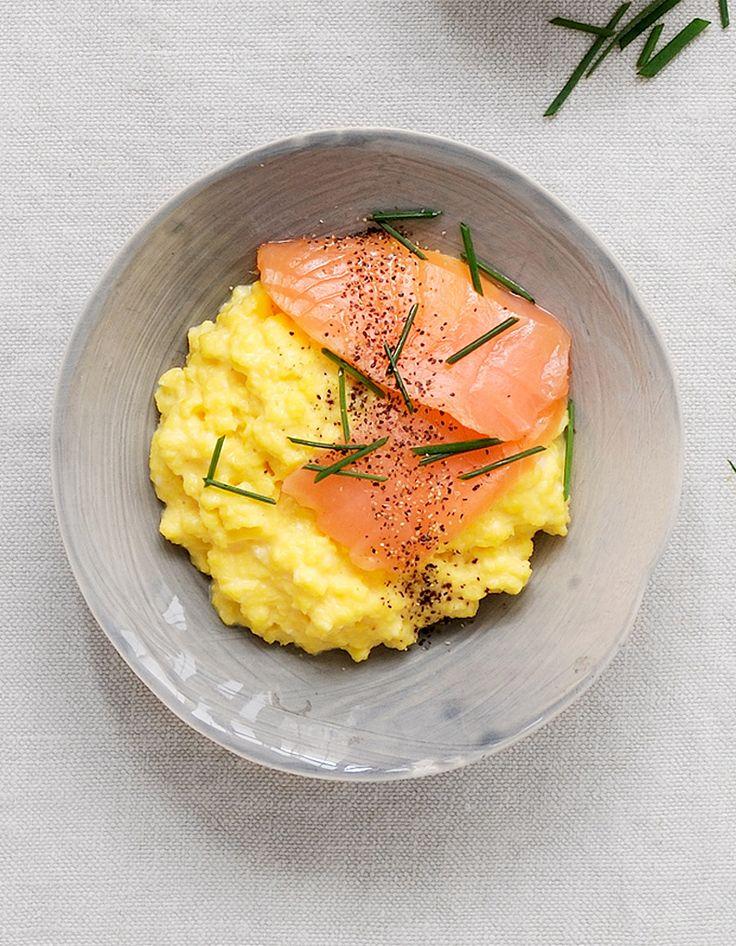 Recette Oeufs brouillés au saumon : Cassez 8 œufs dans une casserole et ajoutez sel, poivre et 25 g de beurre en lamelles. Posez sur feu modéré et faites cu...