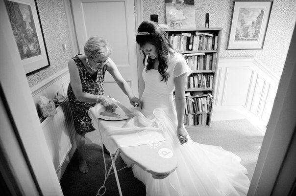 Чтобы избежать негативных воздействий на вещь, отпаривание свадебного  платья лучше доверить профессионалу, даже если у вас есть опыт отпаривания других вещей. Самый лучший вариант это вызов профессионала на дом за день до торжества.
