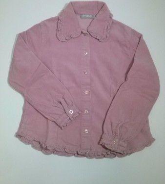 Camicia a m/lunghe in velluto a coste rosa BIMBUS con rouches al colletto,al bordo maniche e alla base.Chiusura con bottoni a forma di fiorellino.Da etichetta veste 9 anni cm134.