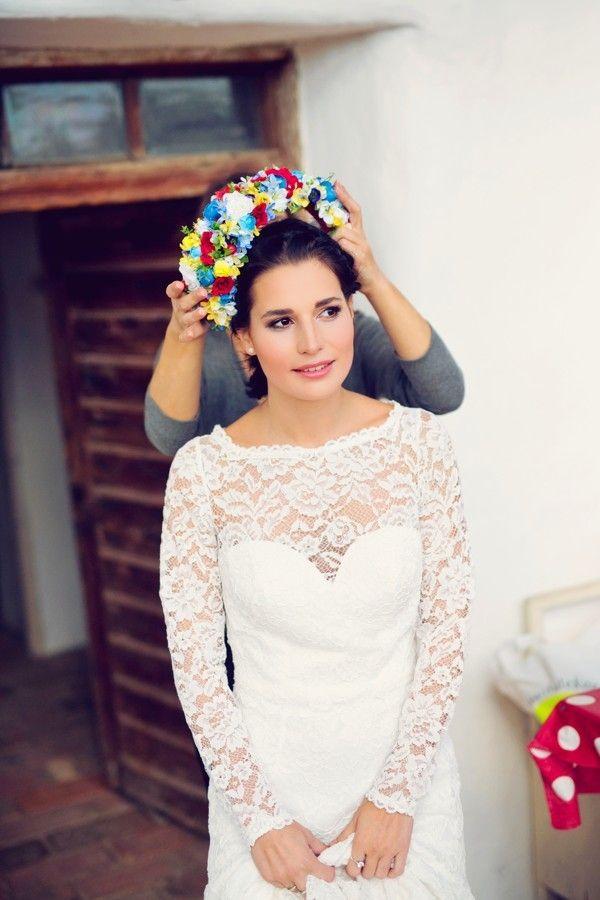 Svatební parta je vytvořená z barevně ladících květů a vyšívaných stuh padajících až na záda. #svatebni #tradicnisvatba #folklor #svatba #weddingdress #wedding