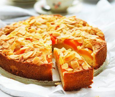 Ett härligt recept på mjuk påskkaka med mandel. Du gör kakan av smör, socker, ägg, mjöl, mjölk, hushållsarom av bittermandel, aprikos och mandelspån. Perfekt att servera till efterrätt med en klick grädde!