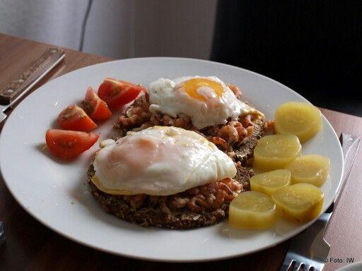 Krewetki z jajkiem sadzonym na chlebie z warzywami