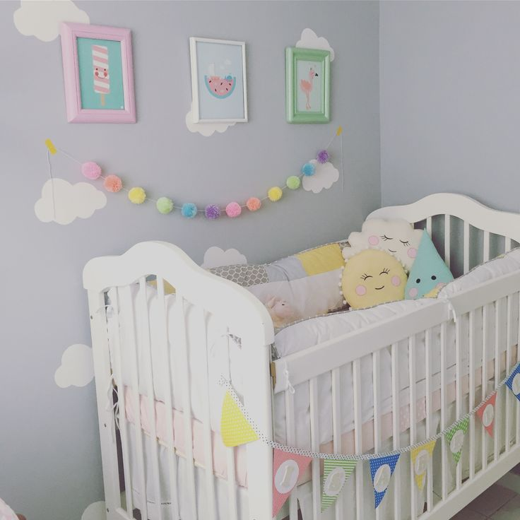 Quarto de bebê/ quarto de menina. Quartinho td feito à mão com materiais reutilizados, berços, quadrinhos... td foi reformado
