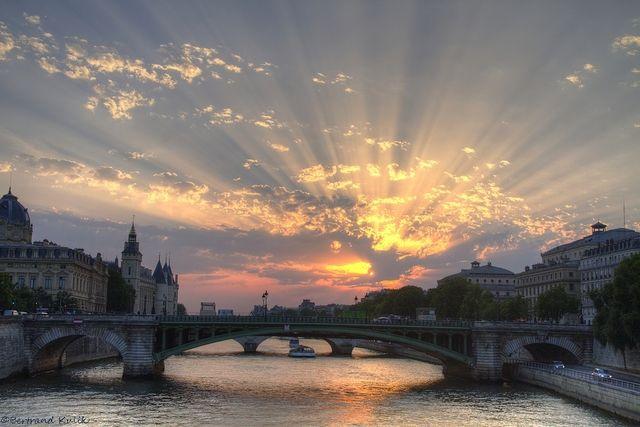 Photo : Crépuscule Parisien,  Paris, Ciel, Nuages, Astronomie. Toutes les photos de Bertrand KULIK sur L'Internaute