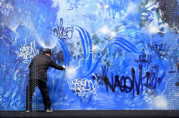 Pour célébrer le 10ème anniversaire de la New York Fashion Week, le designer Naeem Khan a commandé une fresque murale réalisée en live par Trek6. L'oeuvre comptait parmi les pièces maitresses d'un défilé souhaité sous le signe des paradoxes et des contrastes.