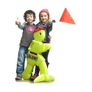 Simon Sikker er et sikkerhedsprodukt, der advarer trafikanter om, at der er legende børn i nærheden. Simon Sikker er ca. 80 cm høj, bærer et rødt flag og er selvlysende. Farten sænkes og børnene leger sikkert og trygt. Sikkerhedsprodukt der advarer om legende børn Markant design i neongrøn med reflekser og flag Fragtfri levering
