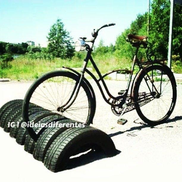 Bicicletário com pneus antigos. | Além de serem super resistentes, os pneus também ganham várias funções dentro da casa. Eles podem ser usados como cuba da pia, revisteiro, prateleira para guardar brinquedos, como apoio para bancos e mesas e até como vasos para plantas. Por isso, na hora de aposentar o pneu do seu carro, inspire-se nessas dicas para sua reutilização!