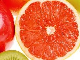 Un estudio liderado por el doctor Ken Fujioka, del departamento de Nutrición de la Scripps Clinic, en California, asegura que comer media toronja antes de las comidas ayuda a bajar hasta 1 libra por semana (casi 1/2 kilo). Lo atribuye a que esta fruta posee un compuesto que regula la insulina.    Este médico explica que todo lo que ayude a bajar la insulina – hormona encargada de almacenar la grasa en el organismo – puede ayudar a bajar de peso