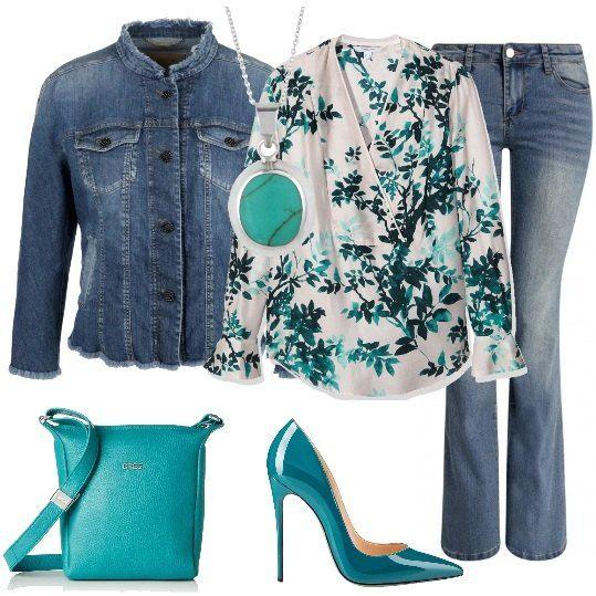 Look trendy, per una serata casual: jeans a zampa, décolleté turchesi, tacco dodici, camicia con scollo incrociato di seta, fantasia a fiori, giubbotto corto di jeans, collo alla coreana, tracolla di pelle e collana in argento con turchese.