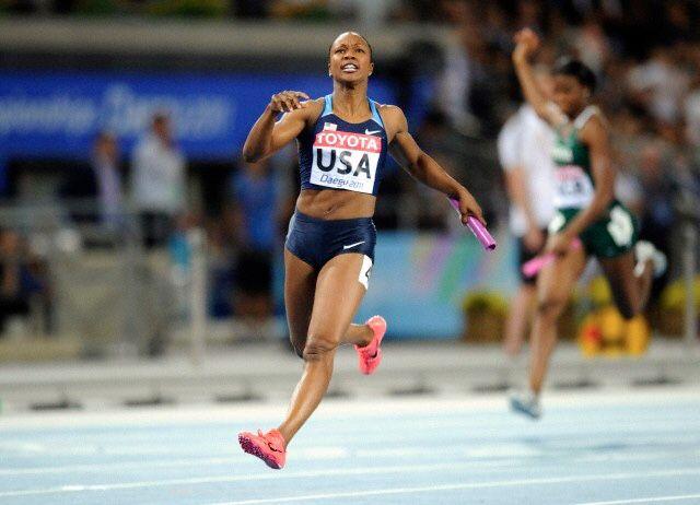 """""""Cumpliendo bien tu función""""   Lauryn Williams viajó a Londres para competir en las Olimpiadas del 2012 en la carrera de relevos de 4x100. Durante su carrera de 10 años, ella corrió en cuatro juegos olímpicos y se convirtió en la primera mujer estadounidense en ganar medallas tanto en las olimpiadas de verano como las de invierno.  Previamente, en el 2004 y 2008, Lauryn había corrido en equipos de relevos que habían sido eliminados por transferencias defectuosas del t"""