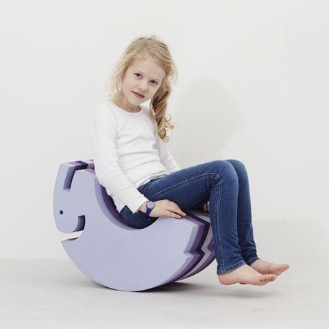 Elefanten er et slags multilegetøj som i virkeligheden både er et møbel og et stykke legetøj for ens børn. Den kan bruges som skammel, balancebræt, stol og gyngehest. Den indeholder ingen giftstoffer og phatalater.