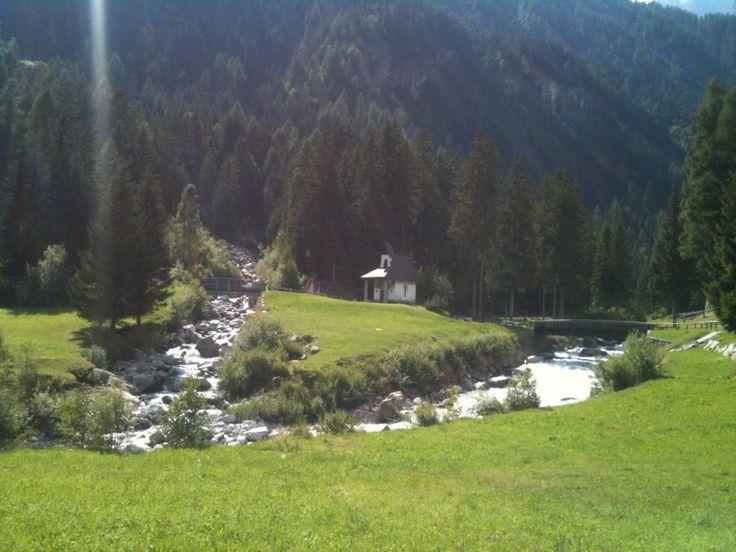 Il Trentino è un territorio meraviglioso, d'accordo. Ma sarà che non siamo ancora abituati a tanta bellezza, che a volte rimaniamo ancora a bocca aperta davanti a certi contesti naturali. A noi è capitato passeggiando inVal di Genova, una laterale della Val Rendena: 17 chilometri di paesaggio intatto, dove l'acqua trionfa tracascate e cascatelle del fiume Sarca; dove non ci sono case, ma solo qualche rifugio e qualchebaita da cartolina, dove incontri lecapretteche si fanno accare...