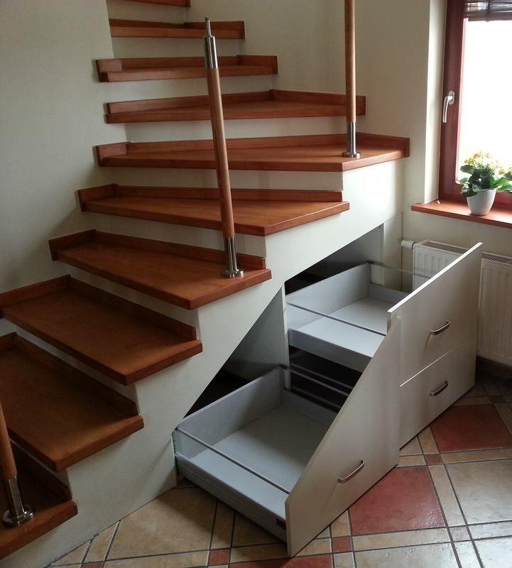 Chcąc zagospodarować schody,przestrzeń pod schodami warto jest wszystko przemyśleć, by nie zagracić albo niepotrzebnie nie zmniejszyć cennej przestrzeni. Dlatego idealnym rozwiązaniem będą szuflady. Taka zabudowa to dla nas nie problem.Zapraszamy do naszych salonów we Wrocławiu.