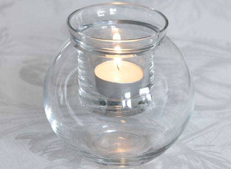 Pallo-lasimaljakko sopii niin kynttilänvalossa tunnelmointiin kuin kauniiden kukkien esillepanoon. Maljakon yläosaan sopii pieni lämpökynttilä. Yläosan alle maljakkoon voi sujauttaa vaikka pieniä joulukoristeita tunnelmaa luomaan. Ilman yläosaa maljakko toimii kukkamaljakkona tai joulukoristeiden kotina. Pallo-maljakkoa valmistetaan kolmessa eri koossa: 11x10 cm, 15x13 cm ja 18x17 cm.