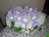 Romantica decorazione con petali lilla e petali panna…. 50 conetti per riso e confettata in cartoncino panna 11×11, arricchiti da petali in stoffa 25 panna e 25 lilla a formare la soffice ghirlanda di un fiore dal doppio colore panna e lilla. Date le dimensioni dei coni gli stessi possono essere utilizzati anche per confettate.