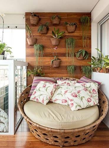 """Na outra ponta da varanda do mesmo projeto, uma namoradeira deu graça ao ambiente. """"A moradora coleciona orquídeas, e o painel em cumaru foi feito para abrigar essas espécies"""", explica Cris Schiavoni Foto: Carlos Piratininga"""