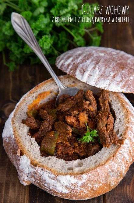 Gulasz wołowy z boczkiem i zieloną papryką w chlebie http://gotowaniezpasja.pl/…/353-gulasz-wolowy-z-boczkiem-i-… #foodphotography #foodporn #fotografiakulinarna #blogkulinarny #gotowaniezpasją #pawełłukasik #grzegorztargosz