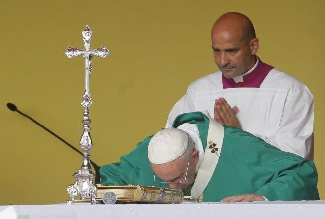 Vivo: #Francisco se despide de #Cuba con una misa en el Santuario del Cobre.  El sumo pontifice encabeza la ceremonia en el santuario más venerado del país. Seguilo.  http://www.argnoticias.com/mundo/item/37560-vivo-francisco-se-despide-de-cuba-con-una-misa-en-el-santuario-del-cobre