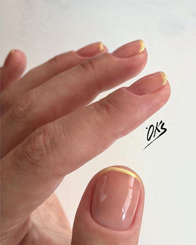 На коротких ногтях смотрится только такая линия улыбки, не шире! Если у вас короткая ногтевая пластина, то визуально тоненькая…